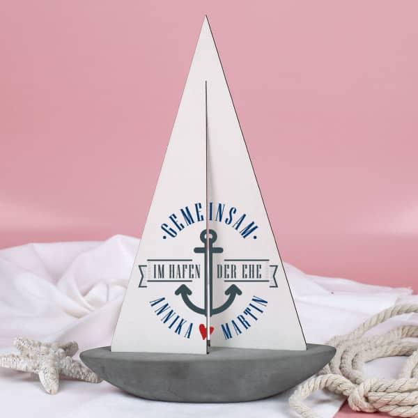 Deko Segelschiff mit Aufdruck Gemeinsam im Hafen der Ehe und den Namen des Ehepaars