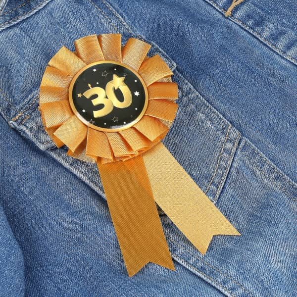 Rosette in gold zum 30. Geburtstag