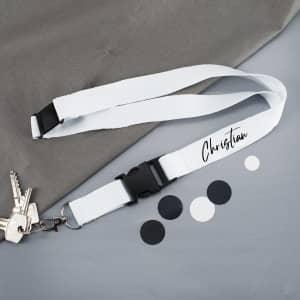 Weißes Schlüsselband bedruckt mit Name in schwarzer Schreibschrift