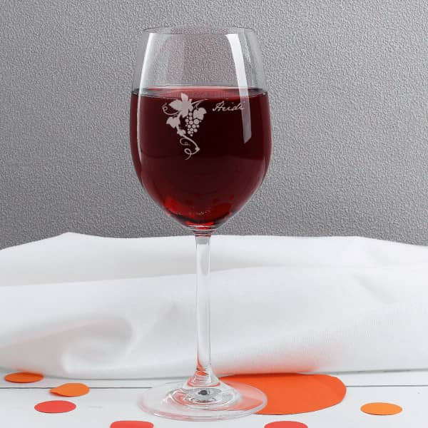 Weinglas mit Weinrebe und Gravur des Namens