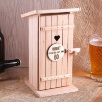 Toilettenhäuschen aus Holz mit Name und Alter graviert