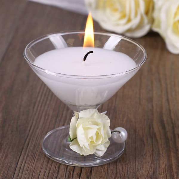 weiße Kerze im Cocktailglas