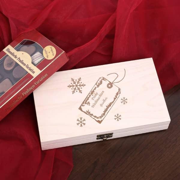 Kleine Holzbox mit köstlichen Pralinen und Wunnschnamen