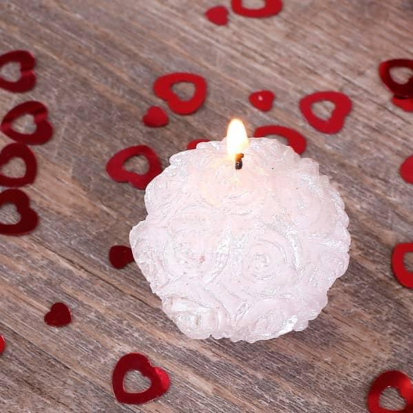 Weiße Kugelkerze Rosenblüten als Tischdekoration zur Hochzeit
