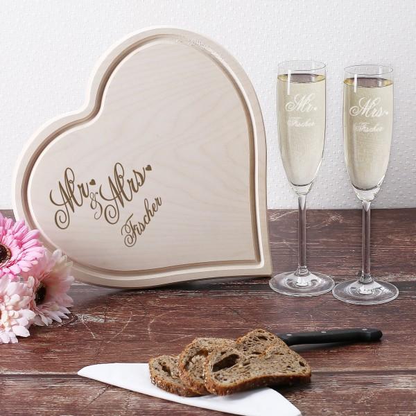 Holzbrettchen mit zwei Sektgläsern für Mr und Mrs zur Hochzeit