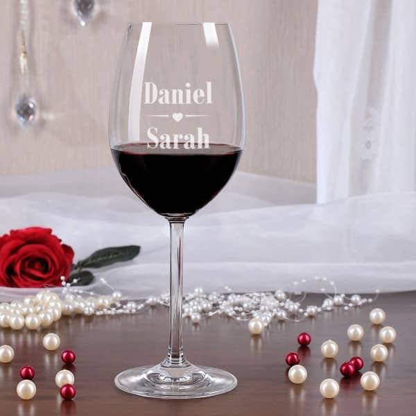 graviertes Leonardo Weinglas mit zwei Namen und Herz