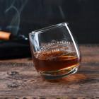 Schräg stehendes Rocking Whiskyglas graviert mit Wunschname und Jahr