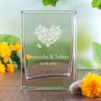 Vase mit Gravur eines Herzens, der Namen des Paares und Datum
