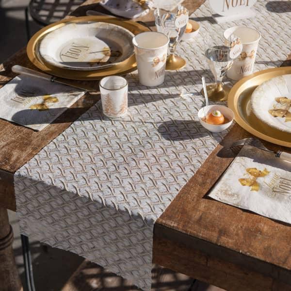 Weißer Tischläufer in Spitzenoptik mit Wellenmuster in gold
