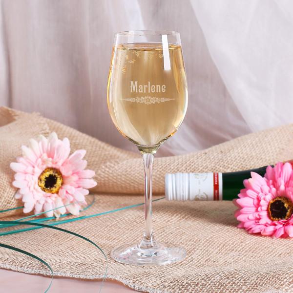 Weißweinglas graviert mit Blumenornament und Name im Jugendstil