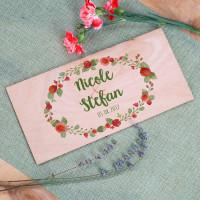 Holzkarte zur Hochzeit mit Blumenkranz und Namen