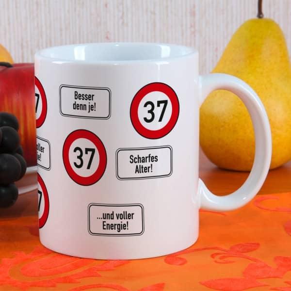 große Kaffeetasse zum 37. Geburtstag mit Verkehrszeichen 37