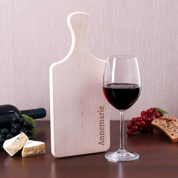 Weinset mit Weinglas und Holzbrettchen