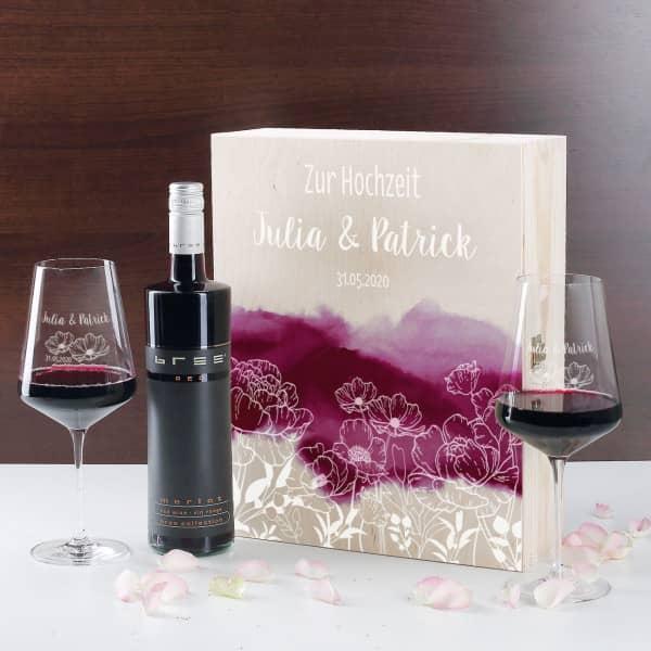 Rotwein-Geschenkset zur Hochzeit mit bedruckter Holzbox und Weingläsern
