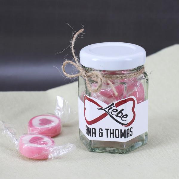 Liebe im Glas mit handgemachten Bonbons und Namen des Paares