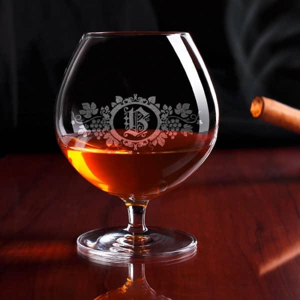 Gravierter Cognacschwenker mit Weinrebe und Initiale