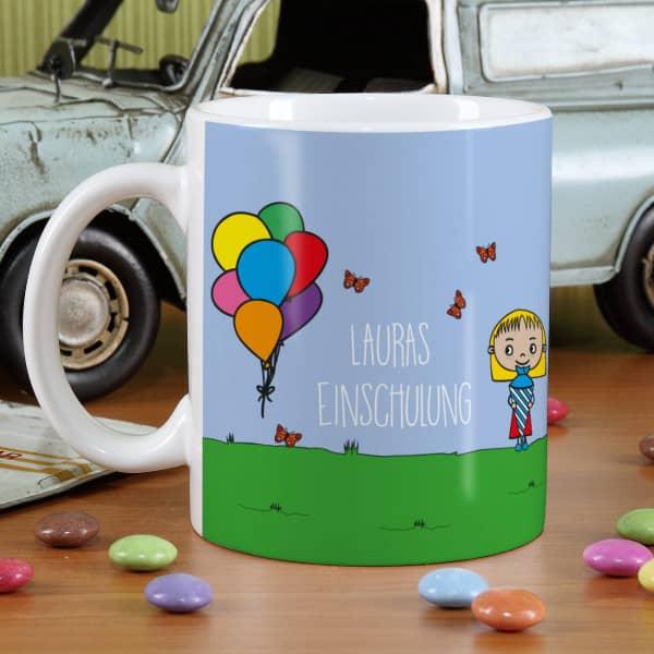 Weiße Tasse mit Mädchen und bunten Luftballons