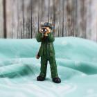 Kleine Jäger-Figur mit Fernglas