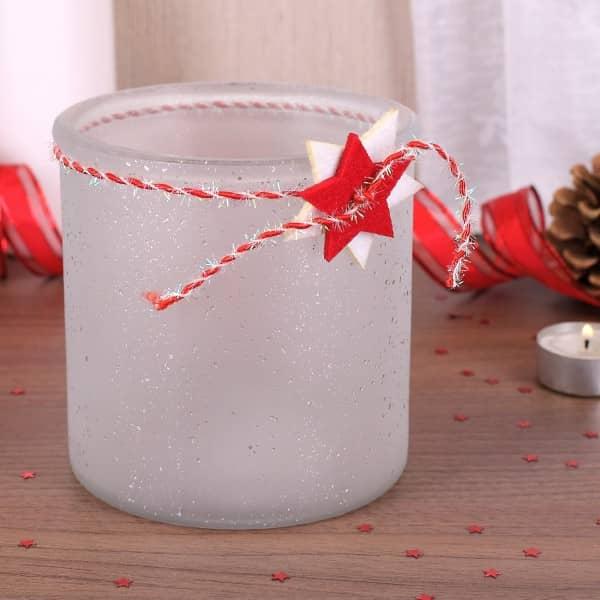 Windlicht aus Glas in weiß mit Weihnachtsdekor