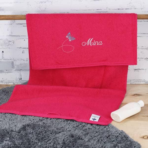 Himbeerfarbenes Handtuch mit Schmetterling und Name in 3 Größen