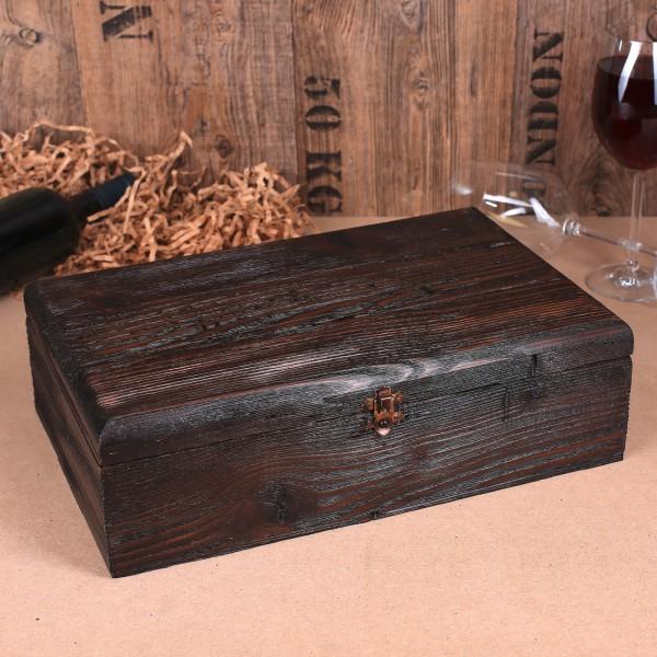 rustikale Holzkiste mit Metallverschluss