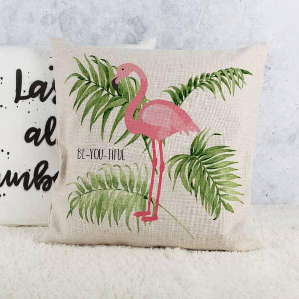 Kissen mit Flamingo und Palmblättern im Watercolor-Design