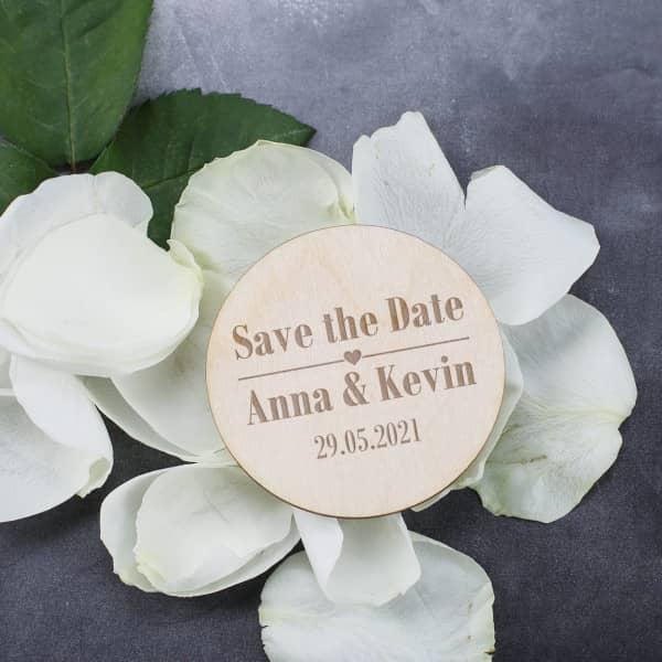 Gravierte Save the Date Karte als Holzmagnet