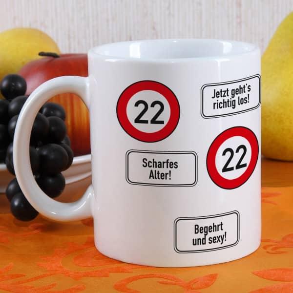 große Kaffeetasse zum 22. Geburtstag mit Verkehrszeichen 22