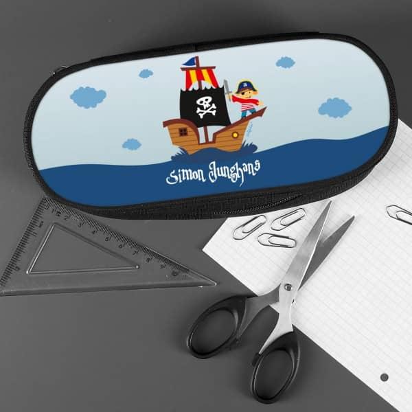 Stiftebox mit Piratenschiff und Name bedruckt