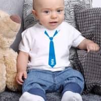 Weißes Baby T-Shirt mit Krawatte und Name