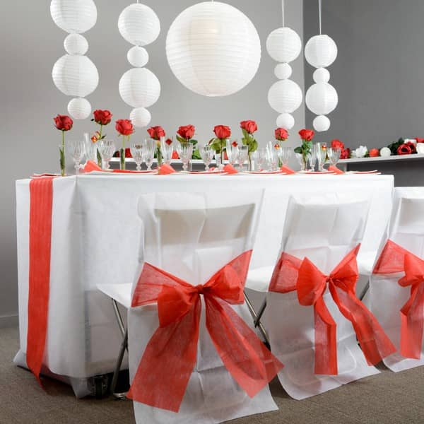 stuhlhussen in wei aus vlies mit roter schleife geschenke. Black Bedroom Furniture Sets. Home Design Ideas
