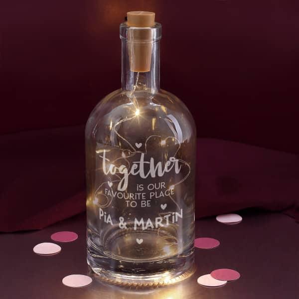 gravierte Geschenkflasche mit Namen des Paares und LED-Flaschenlicht
