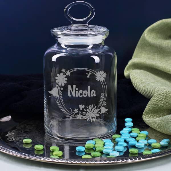 Gravierte Glasdose mit Frühlingsblüten und Name