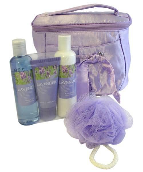 Lilafarbene Satin - Kosmetiktasche mit Pflegeprodukten