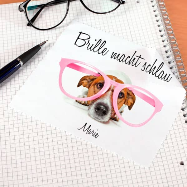 Mit diesem süßen Hund und Ihrem Wunschnamen wird das Brillenputztuch bedruckt.