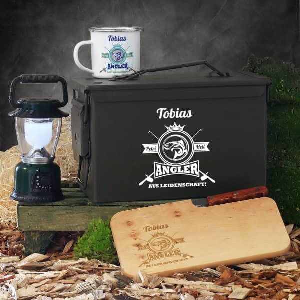 Geschenkset für Angler aus Leidenschaft in Munitionsbox mit Tasse, Messerbrett und LED-Laterne