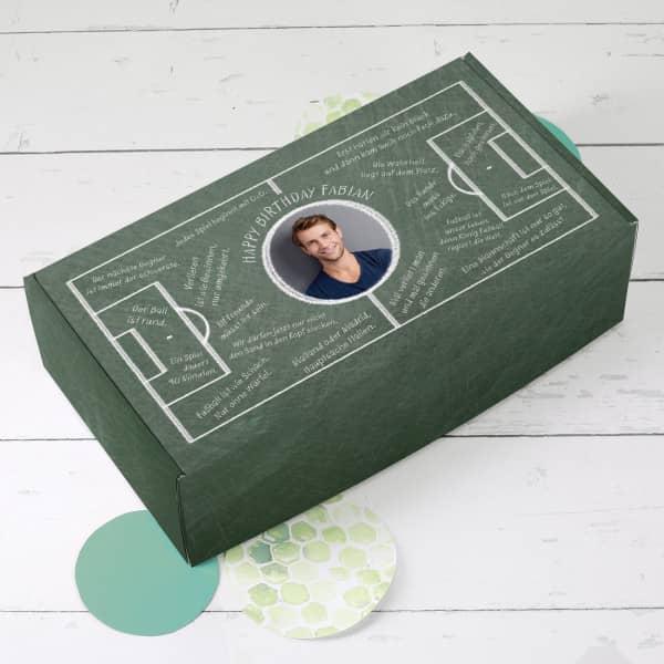 Grüne Geschenkbox bedruckt mit Fußball-Weisheiten, einem Foto und persönlichen Text