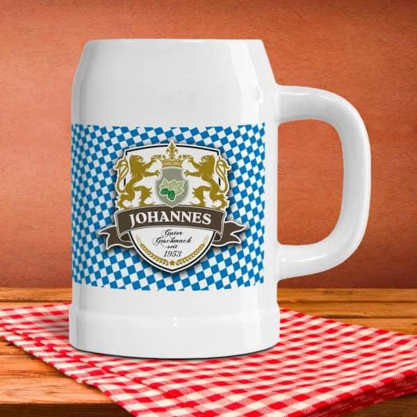 Bierkrug halbes Maß aus Keramik mit Aufdruck eines Wappens mit Schild, Löwen und Krone und Abbildung Ihres Wunschnamens mit Geburtsjahr.