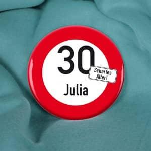 Großer Button mit Verkehrszeichen