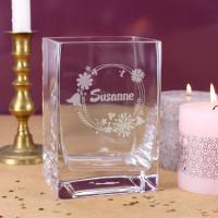 Gravierte Glasvase mit Blüten und Name zu Ostern oder Muttertag
