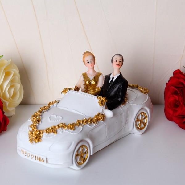 Goldbrautpaar im weißen Auto