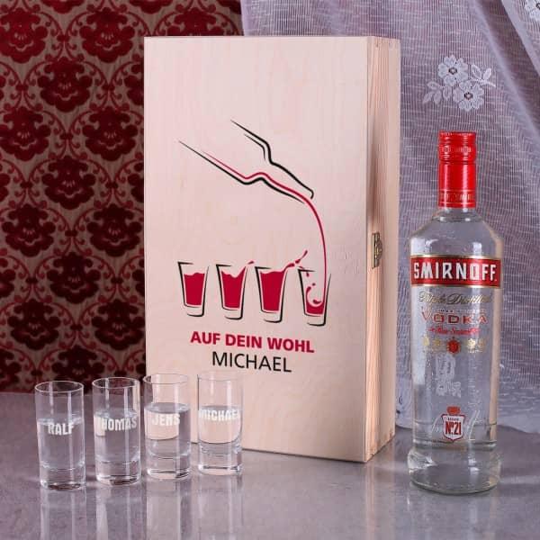 Geschenk-Set Vodka Smirnoff mit 4 gravierten Gläsern in Holzkiste verpackt.