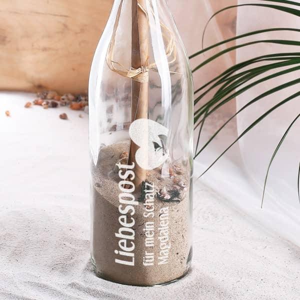 Liebespost in gravierter Flasche mit Füllung