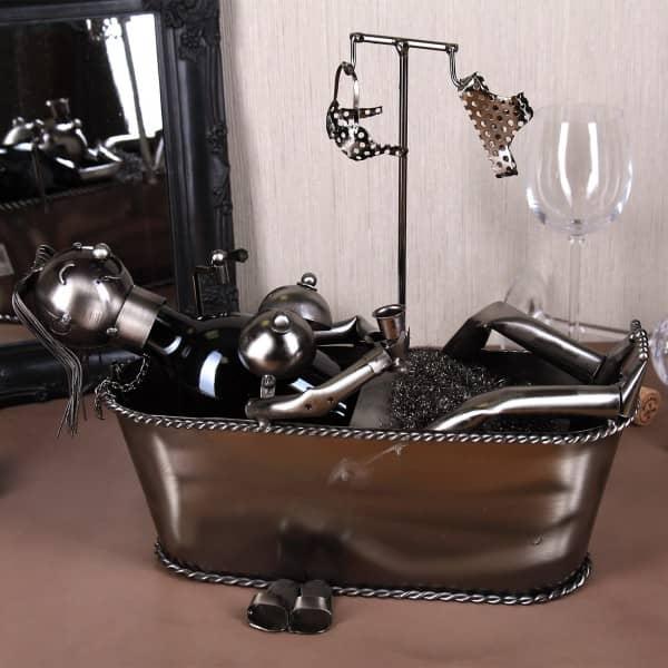 Flaschenhalter aus Metall Frau in Badewanne