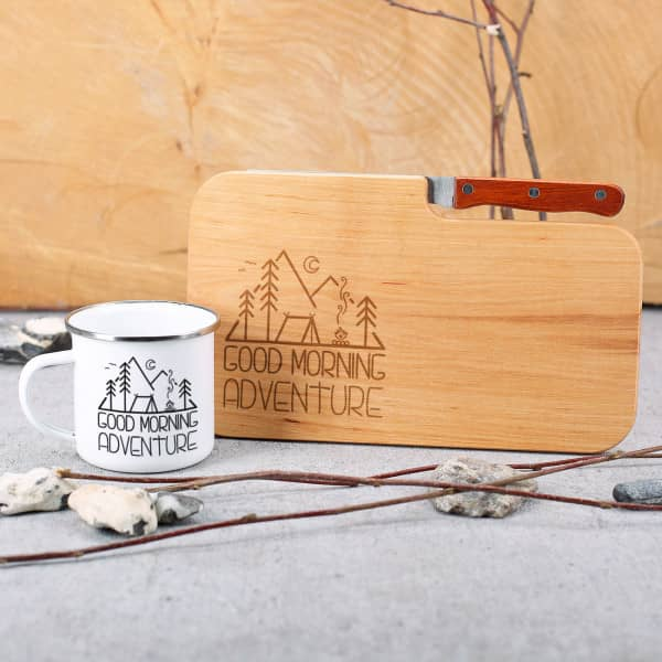 Ausgefallenspezielles - Messerbrett und Emailletasse im Set mit Campingmotiv - Onlineshop Geschenke online.de