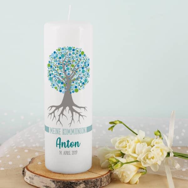 Kommunionkerze mit Lebensbaum in blau, Name, Datum und Wunschtext