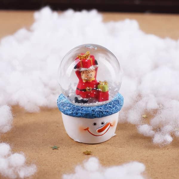 Schneekugel mit Weihnachtselfe auf Schneemann-Sockel