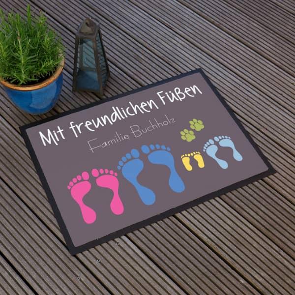 Fußmatte mit freundlichen Füßen