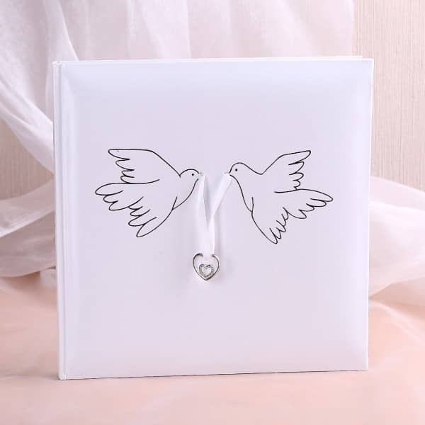 Gästebuch zur Hochzeit mit silbernen Turteltauben in weiß