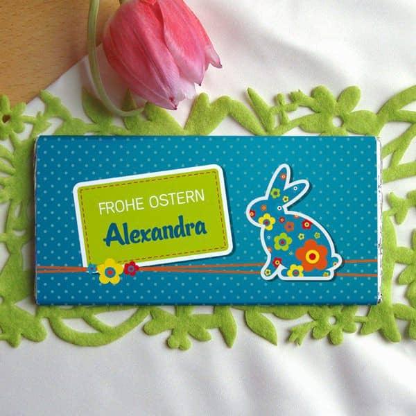 Osterschokolade mit buntem Hasen und Namensaufdruck